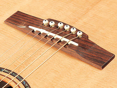 Крепление струн на акустической гитаре